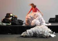Haugen Papirmannen og Søppeldronninga 4 ut av papir, Liv Hanne  og Anne Katrine Haugen Foto Susanne Næss Nilsen
