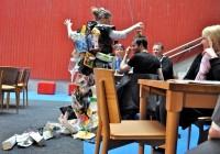 Haugen, Papirmannen og Søppeldronninga 7, kopp på hodet, Anne Katrine Haugen Foto Susanne Næss Nilsens